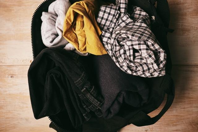 服を詰め込んだバッグ