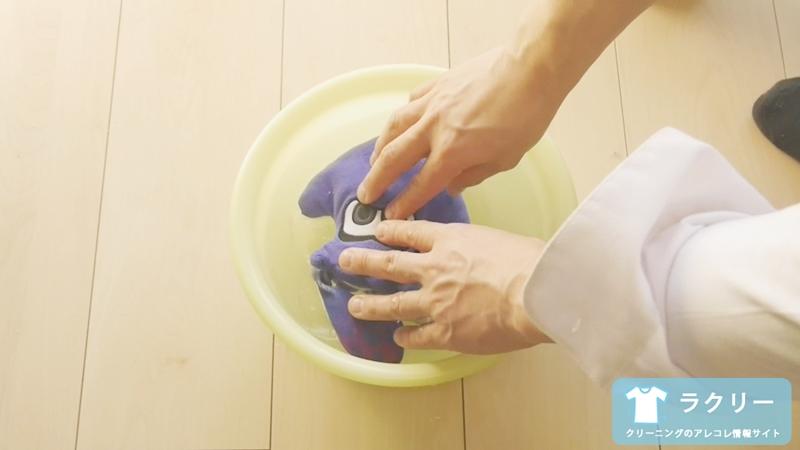 ぬいぐるみを押し洗いしているところ