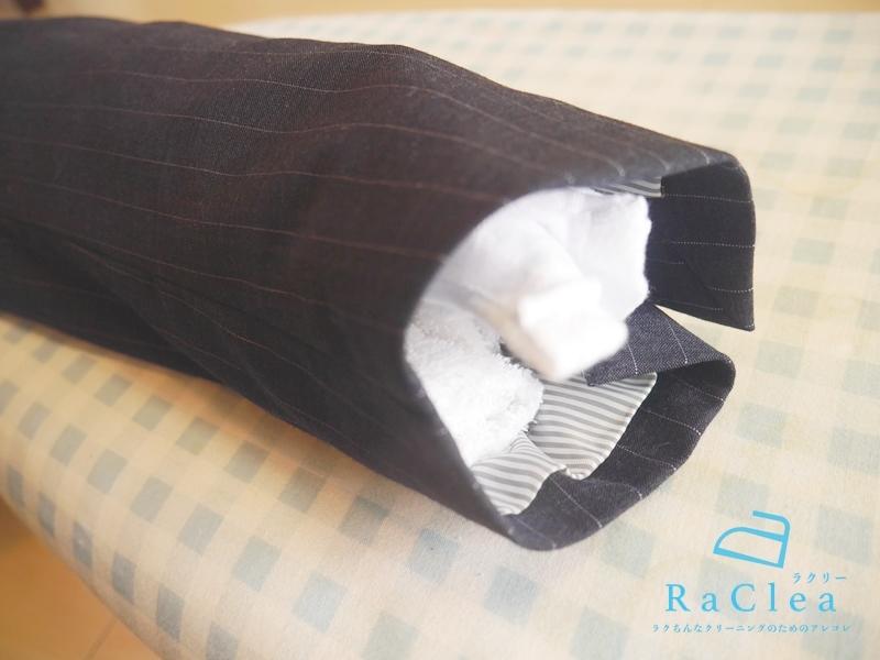 スーツの袖にタオルを詰めるとアイロンがけしやすい
