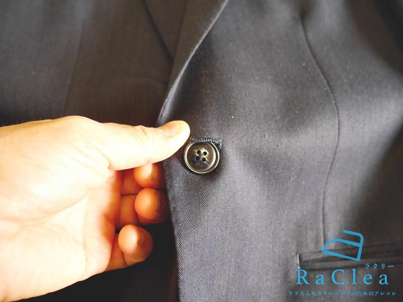 スーツのジャケットのボタンを留める