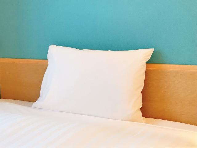 ベッドにある枕